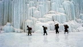 Le froid a fige une cascade sur une riviere gele du Zanskar en hiver (Himalaya indien)     /     The cold during winter has frozen this waterfall falling into the river in Zanskar (Indian Himalaya)